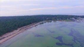 Vista aerea superiore Porto nella baia di Lohusalu sulla costa del Mar Baltico video d archivio