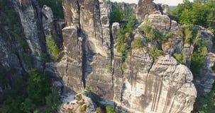 Vista aerea una vista panoramica magnifica di Bastai accanto al fiume un giorno soleggiato germany video d archivio