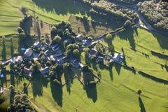Vista aerea: Villaggio nel countyside Immagini Stock