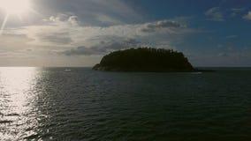Vista aerea, volo eccellente nell'aria vicino ad un'isola selvaggia Fotografie Stock