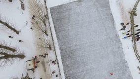 Vista Aero do parque do inverno da cidade Pista de patinagem no lago congelado Divertimento da família do inverno vídeos de arquivo