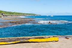 Vista agli yacht attraccati oltre la scogliera, Niue Fotografie Stock Libere da Diritti