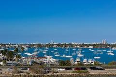 Vista agli yacht di Miami che mettono in bacino posto e traffico stradale Fotografie Stock Libere da Diritti
