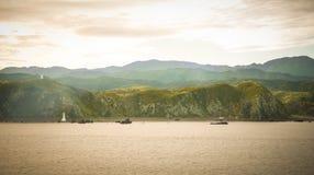 A vista agradável com a montanha natural no cruzeiro do norte a Nova Zelândia sul/paraíso coloca Nova Zelândia Foto de Stock