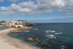 Vista agradável da praia de Riazor em um Coruña, Galiza com as construções da cidade e do passeio fotos de stock royalty free