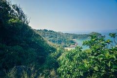 Vista agradável das montanhas à costa do oceano Fotografia de Stock