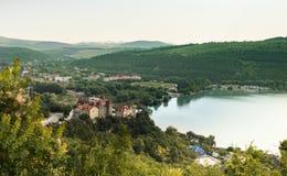Vista agradável do lago Abrau-Durso em montanhas de Cáucaso Paisagem bonita na vila de Abrau-Durso Dia de verão ensolarado do lag imagens de stock