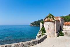 Vista agradável do mar e de montanhas azuis Foto de Stock