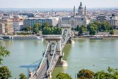 Vista agradável do parlamento de Budapest, de Danube River e da ponte Fotografia de Stock