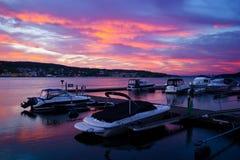 Vista agradável do porto pequeno no musgo, Noruega. foto de stock