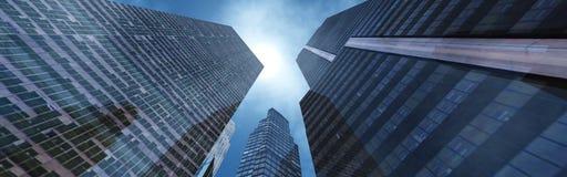 Vista agradável dos arranha-céus contra o céu com nuvens Fotos de Stock Royalty Free