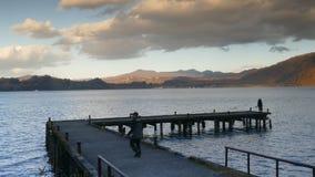 Vista agradable de un barco de visita turístico de excursión que cruza en el lago Towadako del otoño en el parque nacional de Tow metrajes