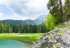 Vista agradable del lago y de montañas azules foto de archivo