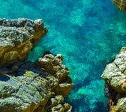 Vista agradable del mar Mar claro tranquilo Piedras grandes El Adriático montenegro Imagen de archivo