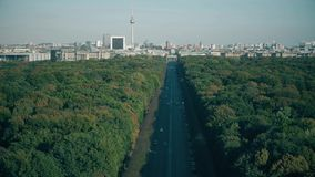 Vista ai punti di riferimento di Berlino visitati: Porta di Brandeburgo, DOM berlinesi e torre della televisione, Germania archivi video
