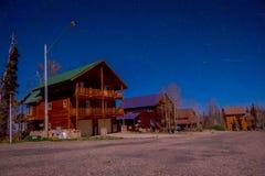 Vista al aire libre de la casa de madera en una fotografía magnífica Bryce Canyon de la noche con claro de luna y estrellas del c fotos de archivo