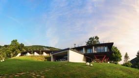 Vista al aire libre de la pensión hermosa en la salida del sol Fotografía de archivo libre de regalías