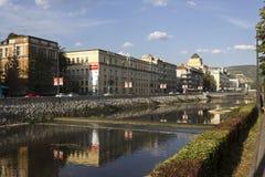 Vista al aire libre de Sarajevo en el frente del río del río de Miljacka Imágenes de archivo libres de regalías