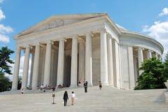 Vista al aire libre del monumento de Jefferson con los turistas Fotografía de archivo