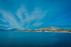 Vista al aire libre hermosa de las escenas costeras de la montaña enorme cubiertas con nieve en el viaje de Hurtigruten Imagenes de archivo