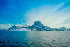 Vista al aire libre hermosa de las escenas costeras de la montaña enorme cubiertas con nieve en el viaje de Hurtigruten Imágenes de archivo libres de regalías