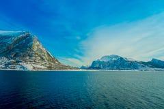Vista al aire libre hermosa de las escenas costeras de la montaña enorme cubiertas con nieve en el viaje de Hurtigruten Fotografía de archivo libre de regalías