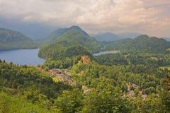 Vista al castello di Hohenschwangau, alpi bavaresi, Schwansee, Alpsee Immagini Stock Libere da Diritti