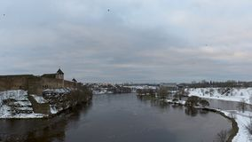 Vista al castello di Ivangorod dalla riva del fiume di Narova Fotografia Stock