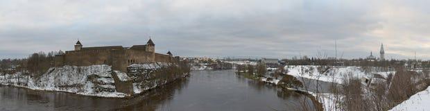 Vista al castello di Ivangorod dalla riva del fiume di Narova Immagini Stock Libere da Diritti