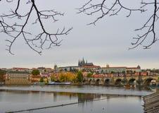 Vista al castillo de Charles Bridge y de Praga fotografía de archivo libre de regalías