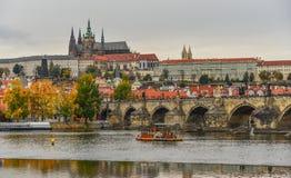 Vista al castillo de Charles Bridge y de Praga fotografía de archivo