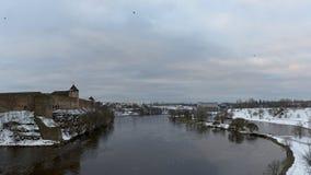 Vista al castillo de Ivangorod de la orilla de Narova Fotografía de archivo