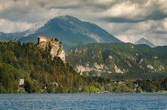 Vista al castillo sangrado, Eslovenia fotografía de archivo libre de regalías