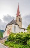 Vista al chuch del villaggio di Onies Onach in dolomia dell'Italia Fotografia Stock Libera da Diritti
