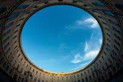 Vista al cielo del patio Imágenes de archivo libres de regalías