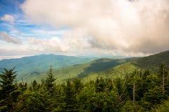 Vista al cielo en la gran montaña ahumada Fotos de archivo