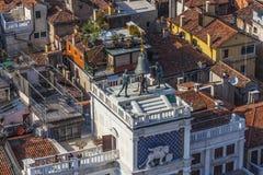 Vista al clocktower famoso en el lugar de San Marco en Venecia Imágenes de archivo libres de regalías