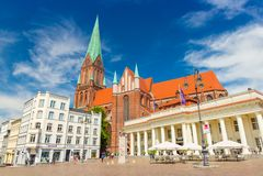 Vista al cuadrado central en Schwerin y a una de sus señales principales - Dom de Schweriner de la catedral imagenes de archivo