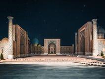 Vista al cuadrado de Registan en la noche con las estrellas en Samarkand Uzbekistán imagen de archivo