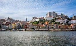Vista al distretto di Ribeira sopra il fiume del Duero Oporto, Portogallo Immagini Stock