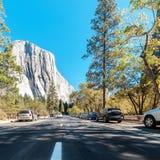 Vista al EL Capitan del camino en el parque nacional de Yosemite Imagen de archivo libre de regalías