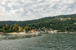 Vista al embarcadero de la ciudad de Stresa y del barco de Carciano, una ciudad en las orillas del lago Maggiore, Piamonte foto de archivo