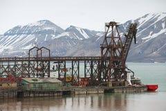 Vista al embarcadero del acuerdo ártico ruso abandonado Pyramiden, Noruega Foto de archivo libre de regalías
