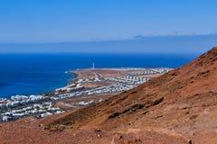 Vista al faro del BLANCA di Playa dal roja del Montana a Lanzarote immagine stock libera da diritti