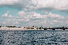 Vista al fiume di Neva a StPetersburg, Russia nell'ora legale fotografia stock