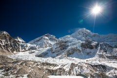 Vista al glaciar que cae abajo de Everest cerca de los vagos de Everest Imagen de archivo