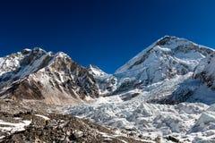 Vista al glaciar que cae abajo de Everest cerca de los vagos de Everest Fotos de archivo libres de regalías