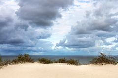 Vista al golfo de Curonian de las dunas de arena Fotografía de archivo libre de regalías