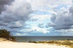 Vista al golfo de Curonian de las dunas de arena fotos de archivo libres de regalías