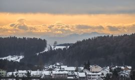 Vista al Grafenau innevato nella foresta bavarese con la vista alle alpi, Baviera, Germania Immagine Stock Libera da Diritti